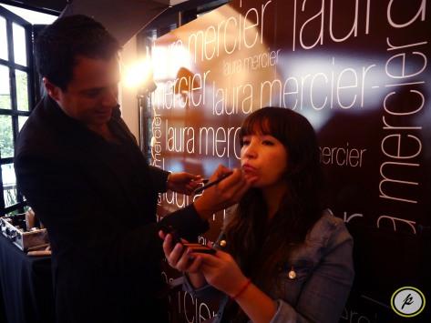 Olivia Meza siendo maquillada por los especialistas de Laura Mercier